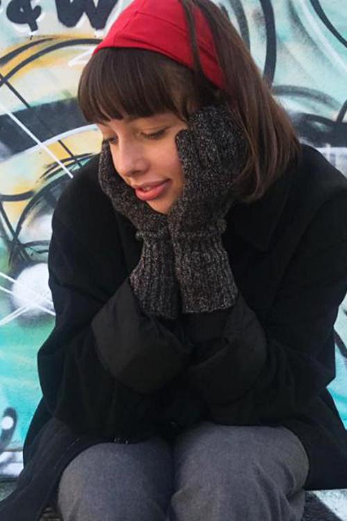 Handschuhe aus recycling Wolle schwarz grau getragen