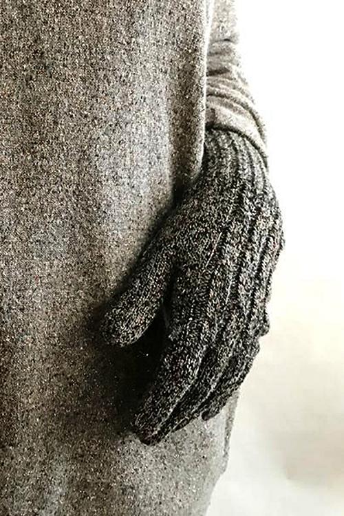 Handschuhe gestrickt aus recycling Wolle in schwarz Grau