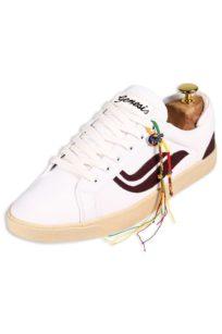 Veganer Sneaker von Genesis in Weiß mit dunkelroten Streifen